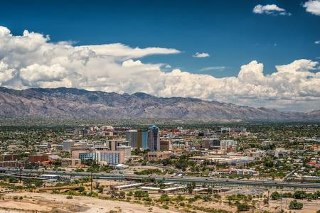 歩哨ピーク公園、ツーソン、アリゾナ州、アメリカ合衆国からツーソンのスカイラインとサンタ カタリーナ山の範囲 写真素材