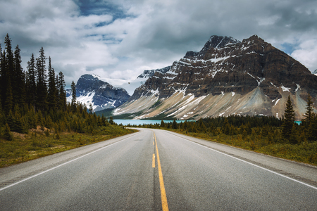 Scenic Icefields Pkwy in Banff National Park leading to the Bow Lake. It travels through Banff and Jasper National Parks and offers spectacular views of the Rocky mountains. Banco de Imagens