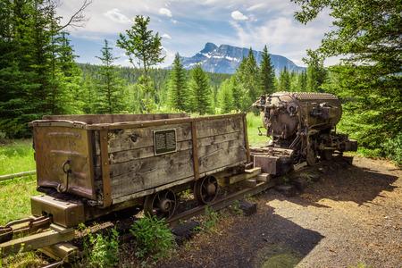 Historische Kohlenbergwerkszug in der Geisterstadt Bankhead mit Mt. Rundle im Hintergrund im Banff National Park, Alberta, Kanada.