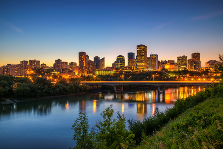 エドモントンのダウンタウン、ジェームズ ・ マクドナルド橋、夜、アルバータ州、カナダのサスカチュワン州の川。長時間露光。