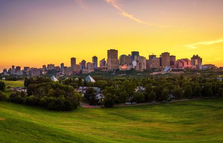 エドモントンのダウンタウンには、アルバータ州、カナダの上の日没。