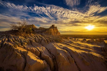 Mungo 국립 공원, 뉴 사우스 웨일즈, 호주에서 중국의 벽 위로 극적인 일몰