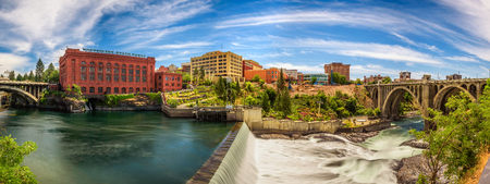 SPOKANE, WASHINGTON, USA - JULY 4, 2017 : Panoramic cityscape view of Washington Water Power building and the Monroe Street Bridge along the Spokane river, in Spokane, Washington. 에디토리얼