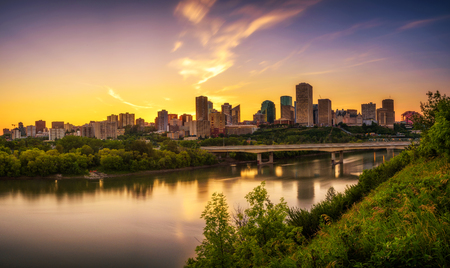 Sunset above Edmonton downtown, James Macdonald Bridge and the Saskatchewan River, Alberta, Canada. Long exposure. Imagens