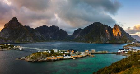 Sakrisoy 漁村、ノルウェーのロフォーテン諸島の上マウント Olstind 写真素材