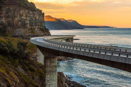 Tramonto sul ponte della scogliera del mare lungo l'Oceano Pacifico australiano Archivio Fotografico
