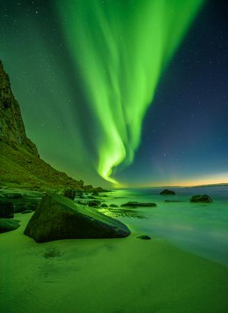 Strand auf den Lofoten in Norwegen mit Nordlichtern Standard-Bild - 90390065