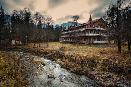 Abandoned hotel in the village of Zdiar in High Tatra Mountains 新聞圖片
