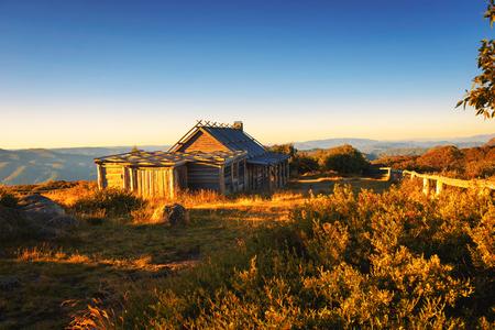 Puesta de sol sobre Craigs Hut en los Alpes victorianos, Australia Foto de archivo - 95307928
