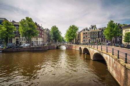 Berühmte Keizersgracht-Kanalkreuzung in Amsterdam