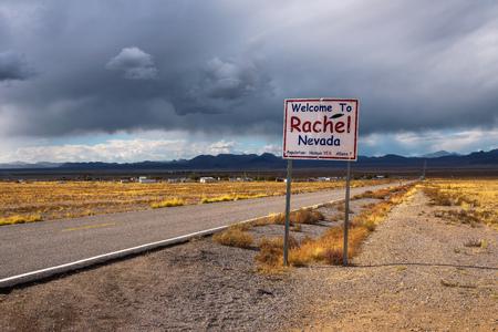 Benvenuti al cartello stradale di Rachel sulla SR-375 in Nevada, USA