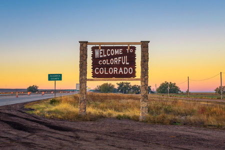 Welcome to colorful Colorado street sign along Interstate I-76 版權商用圖片