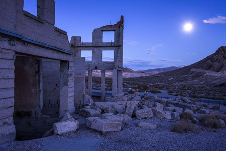 Abandoned building in Rhyolite, Nevada at night with full moon Stock fotó