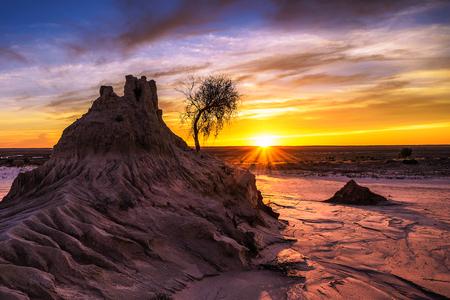Coucher de soleil sur les murs de Chine dans le parc national de Mungo, Australie