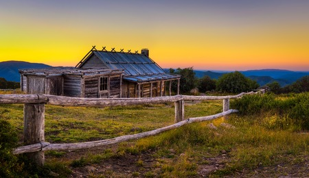 Puesta de sol sobre Craigs Hut en los Alpes victorianos, Australia