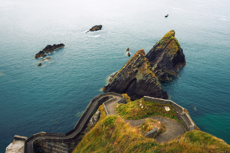 Staircase leading to the Dunquin Pier in Ireland Standard-Bild - 127561309