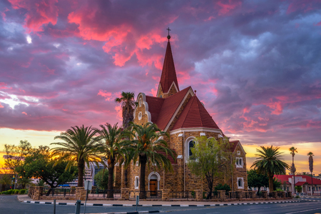 Dramatischer Sonnenuntergang über Christchurch, Windhoek, Namibia