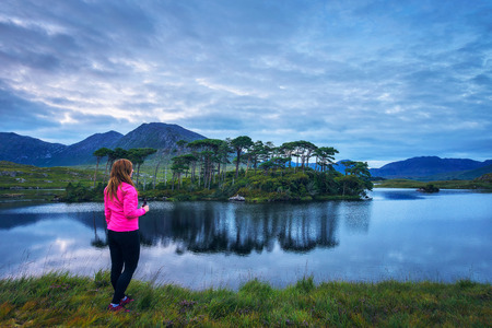 Young hiker at the Pine Island in Derryclare Lough Standard-Bild - 127115197