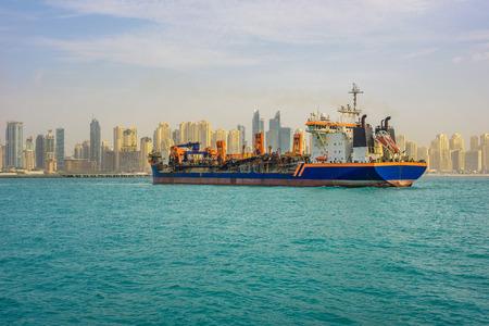 Oil tanker ship leaving the Dubai marina Standard-Bild - 127115201