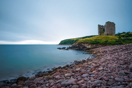 Stone beach and the Minard Castle situated on the Dingle Peninsula in Ireland Standard-Bild - 127115215