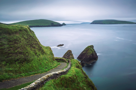 Staircase leading to the Dunquin Pier in Ireland Standard-Bild - 127115092