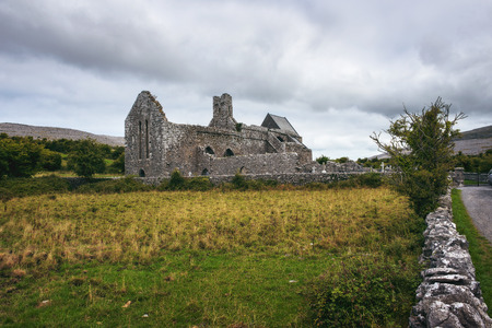 Corcomroe Abbey ruins and its cemetery in Ireland Standard-Bild - 127115106