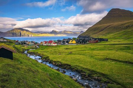 Village of Gjogv on Faroe Islands with colourful houses and a creek Standard-Bild - 127115076