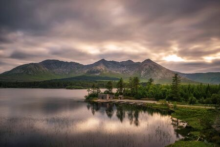 Lough Inagh in Ireland with a cabin and boats at the lake shore Standard-Bild - 127114969