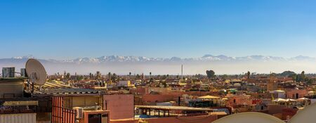 Panorama of Marrakech city skyline with Atlas mountains in the background Standard-Bild - 127115015