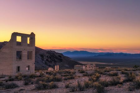 Sunrise above abandoned building in Rhyolite, Nevada Reklamní fotografie - 135491343