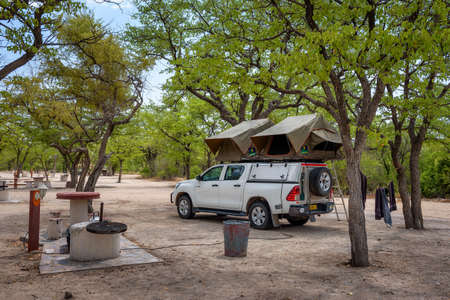 Tent located on the roof of a pickup 4x4 car in a camp in Etosha National Park 에디토리얼