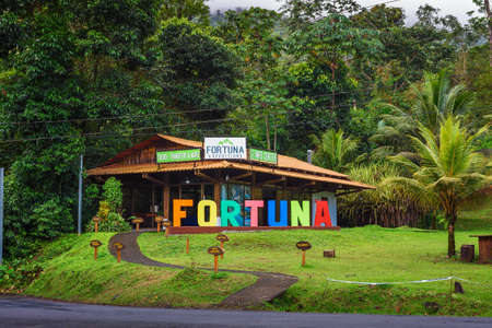 Visitor center at the La Fortuna Waterfall, Costa Rica 에디토리얼