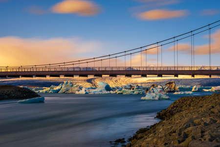 Road bridge over Jokulsarlon glacier lagoon in Iceland at sunset 版權商用圖片