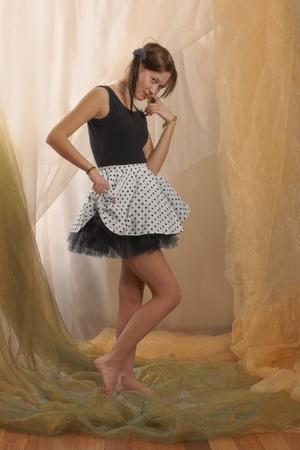 mini skirt: Adolescente, ni�a en posici�n de pie, descalzo y vestido con una camiseta y mini falda Foto de archivo