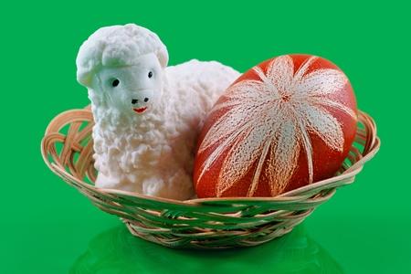 pasen schaap: Pasen, Lam met suiker en Easter egg op een groene achtergrond Stockfoto