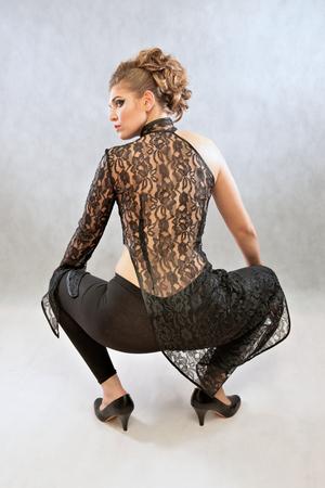 Mujer en un traje negro, moda, estudio