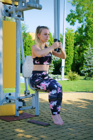 Fitness, exercising girl at the gym, outdoors Stockfoto
