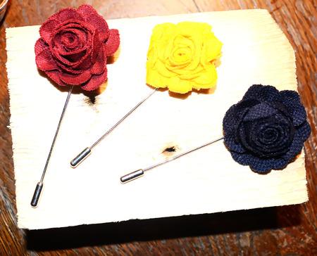 luxury goods: flor en el ojal para la decoraci�n usada por los hombres, accesorios de moda, art�culos de lujo