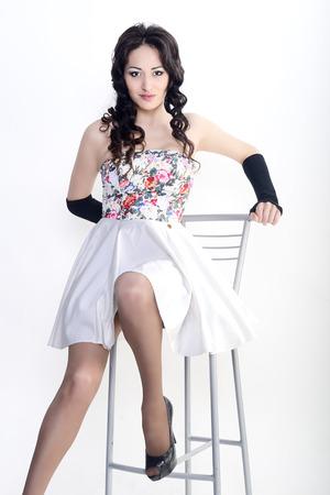 falda corta: Modelo femenino en la falda corta, buen modelo en busca de mujeres, moda mujer actual Foto de archivo