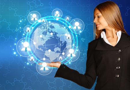 red de personas: Mujer que muestra la celebraci�n de mapa del mundo y gente de trabajo en equipo icono