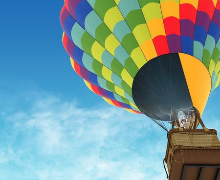 globo: Globo de aire caliente hermoso contra un cielo azul profundo