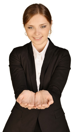 alzando la mano: Mujer de negocios que pone las manos delante de él. Sobre un fondo blanco