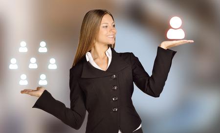 Mädchen vergleicht Gruppe von Menschen auf den Händen und eine Person als Mitarbeiter. Standard-Bild - 40211061