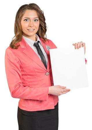 hoja en blanco: mujer de negocios que sostiene la hoja de papel en blanco. Foto de archivo