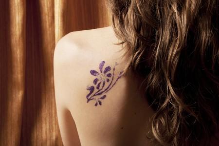 hombros: Hermosa mujer regresa con tatuaje temporal glitter