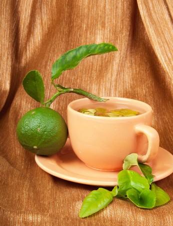 Eine Tasse Bergamot-Tee, Bergamotte Obst und frischen Bergamotte Bl�tter Lizenzfreie Bilder - 7667805