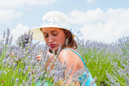 lavanda: Portrait of beautiful woman in lavander field