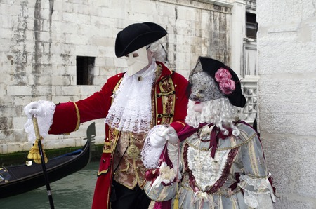 motionless: A couple dressed in luxurious traditional venetian costume