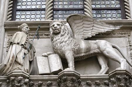 st  mark s: I dettagli architettonici sulla facciata della Basilica in Piazza San Marco a Venezia s