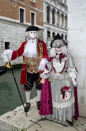 anonymus: A couple dressed in luxurious traditional venetian costume
